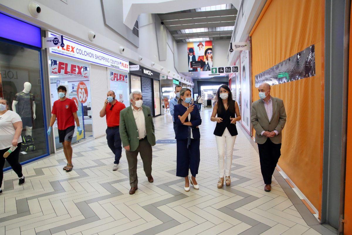https://www.toledo.es/wp-content/uploads/2020/06/8_visita_fase2_centro_comercial-1200x800.jpg. La alcaldesa visita el Parque Comercial Abadía en su primer día de reapertura y destaca la reactivación del sector servicios