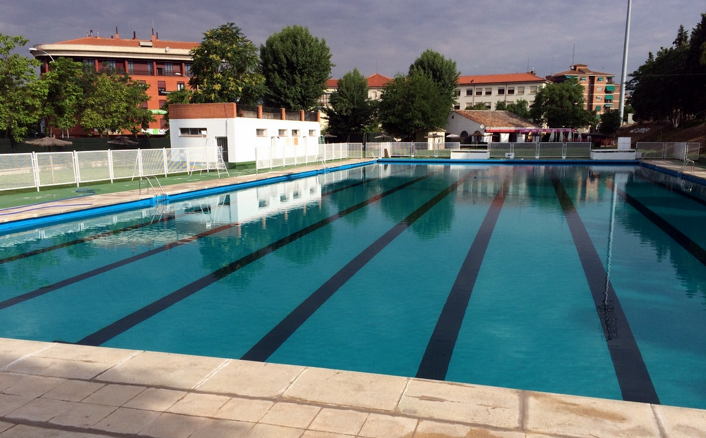 https://www.toledo.es/wp-content/uploads/2020/06/foto-piscina-escuela-gimanasia.jpg. Piscinas Municipales de Toledo/ Verano 2020