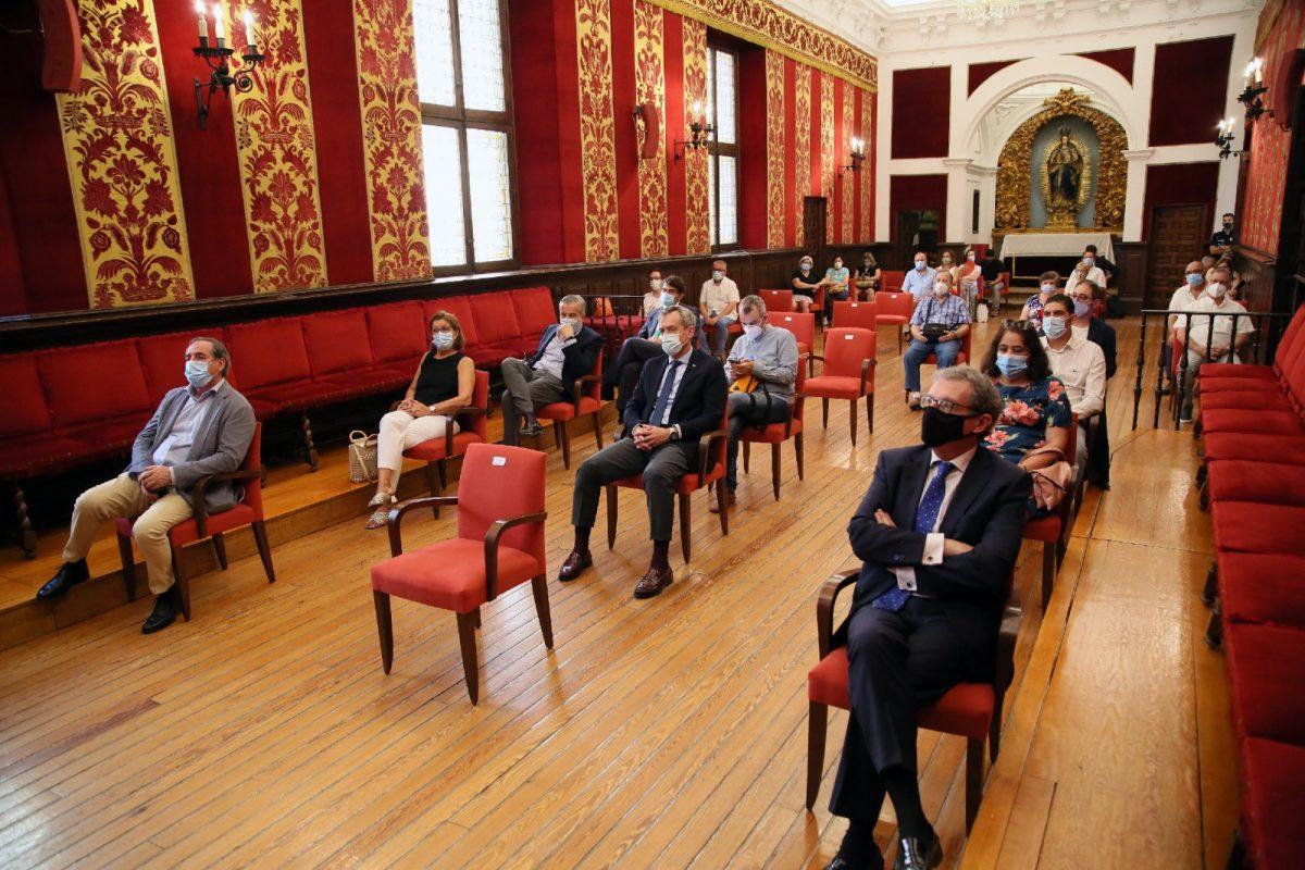https://www.toledo.es/wp-content/uploads/2020/07/1_debate_municipio_invitados-1200x800.jpg. La alcaldesa anuncia 1,5 millones de euros para la rehabilitación de la muralla y la cesión temporal de Toletvm a la Universidad regional