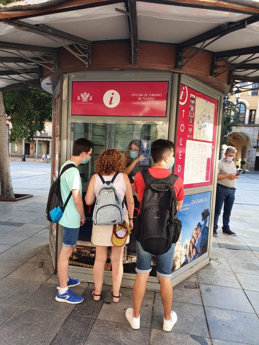 https://www.toledo.es/wp-content/uploads/2020/07/20200723_primeros_turistas_atendidos_zocodover-2-900x1200.jpeg. El Ayuntamiento mejora y amplía la atención turística y cultural con la apertura del quiosco de la Plaza de Zocodover