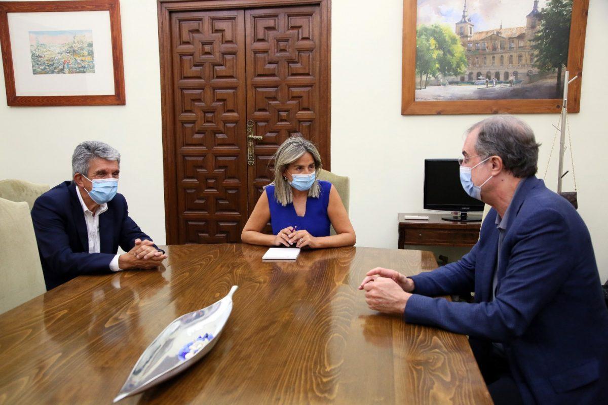 https://www.toledo.es/wp-content/uploads/2020/07/3_reunion_ezquiaga-1200x800.jpg. La alcaldesa de Toledo, Milagros Tolón, mantiene una reunión de trabajo con el urbanista y arquitecto José María Ezquiaga
