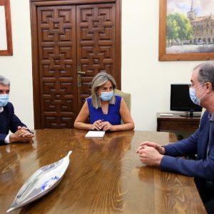 a alcaldesa de Toledo, Milagros Tolón, mantiene una reunión de trabajo con el urbanista y arquitecto José María Ezquiaga
