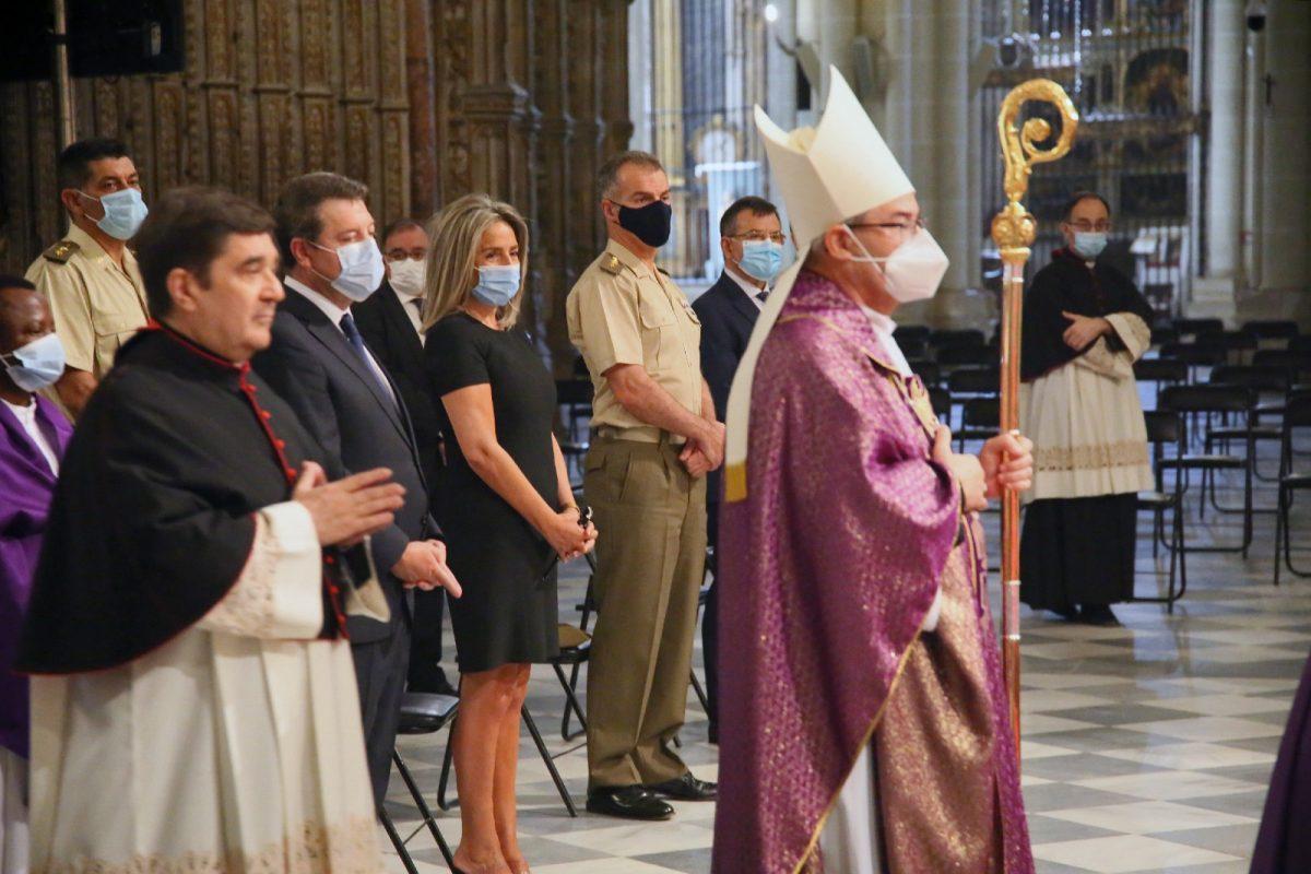 https://www.toledo.es/wp-content/uploads/2020/07/8_funeral_covid10-1200x800.jpg. La alcaldesa traslada su pésame a los familiares de las víctimas de la Covid-19 en la misa funeral de la Catedral