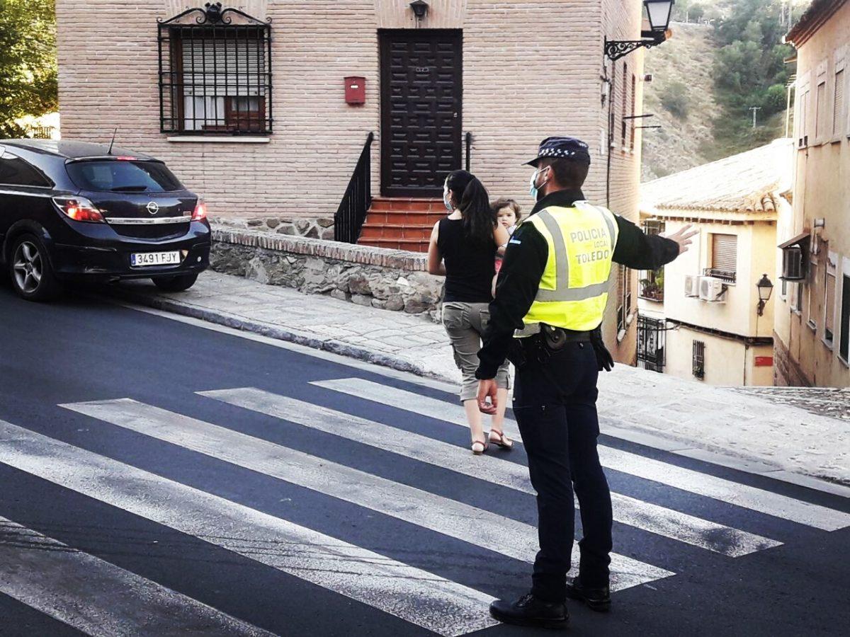 https://www.toledo.es/wp-content/uploads/2020/09/20200914_agente_policia_local-1200x900.jpeg. La Policía Local interpone un total de 59 denuncias durante el fin de semana de las que 33 han sido por no llevar la mascarilla