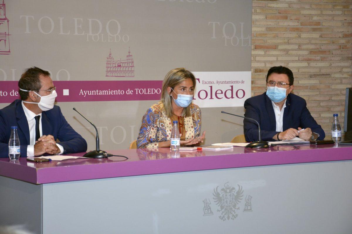 """https://www.toledo.es/wp-content/uploads/2020/09/consejo_escolar06-1200x800.jpg. La alcaldesa aboga por la coordinación entre administraciones y la comunidad educativa para garantizar """"una vuelta a las aulas segura"""""""