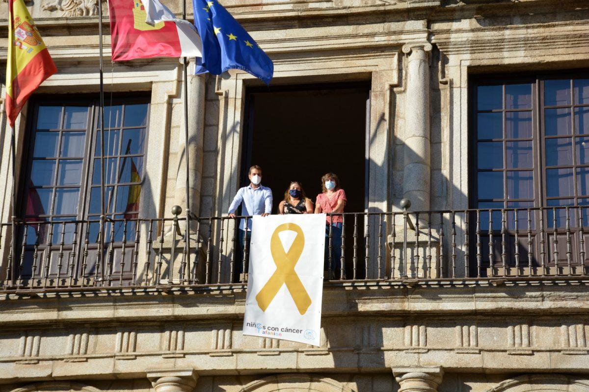 https://www.toledo.es/wp-content/uploads/2020/09/lazo-afanion-02-1200x800.jpg. El Ayuntamiento de Toledo se suma a la campaña de sensibilización del cáncer infantil y luce ya en su fachada principal el lazo dorado