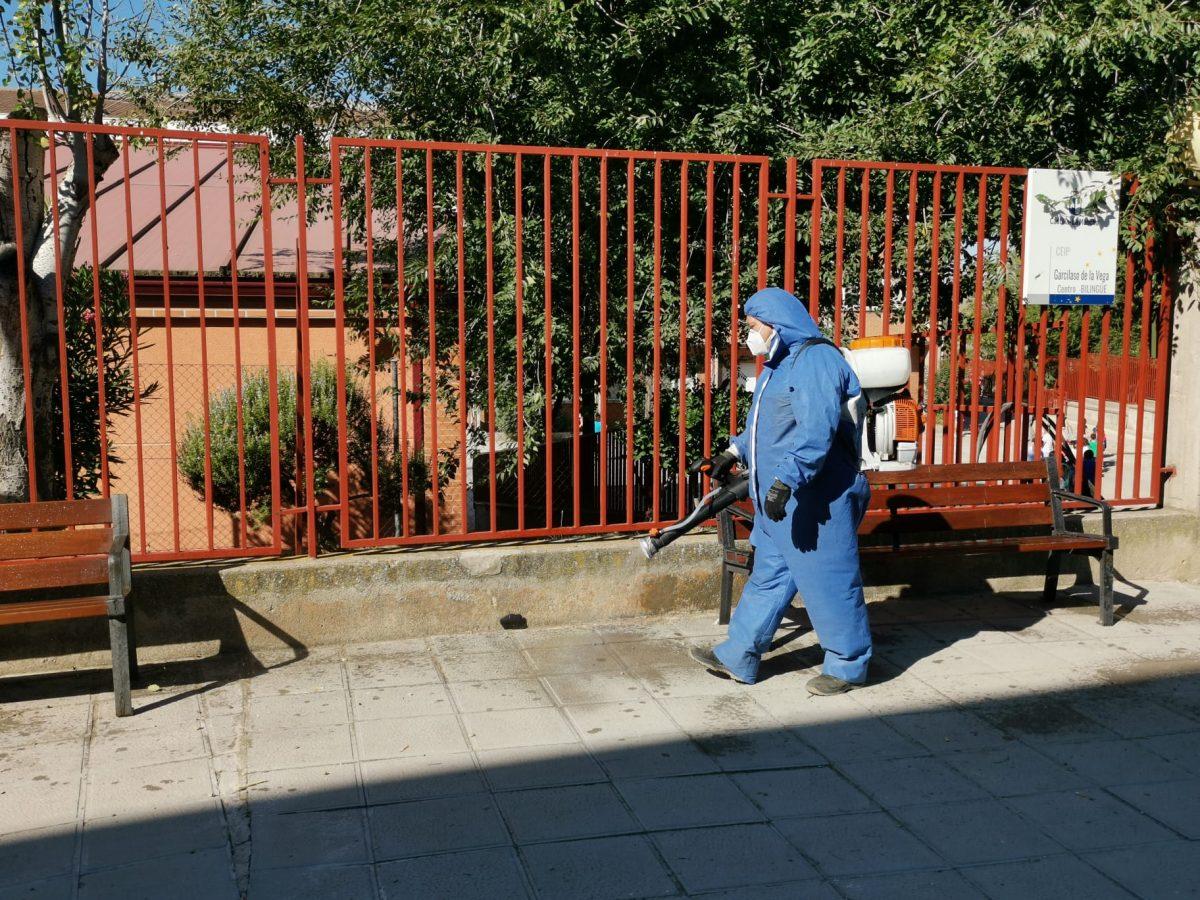 https://www.toledo.es/wp-content/uploads/2020/09/limpieza-entornos-escolares-2-1200x900.jpeg. El Ayuntamiento amplia la desinfección con solución clorada a los accesos de los centros educativos de toda la ciudad