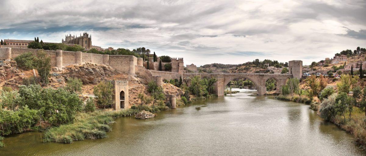 https://www.toledo.es/wp-content/uploads/2020/09/whatsapp-image-2020-09-21-at-12.02.26-1200x512.jpeg. Toledo se suma hoy al Día Mundial del Alzheimer iluminando de color morado el Ayuntamiento, la Cava y la puerta de Alcántara