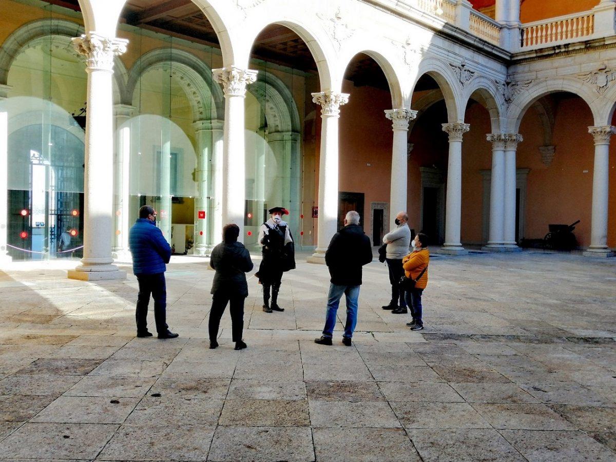 "https://www.toledo.es/wp-content/uploads/2021/02/museo-en-vivo.sala-de-fotografía-historica.537-kb-1200x900.jpg. MUSEO EN VIVO: ""Sala de Fotografía Histórica"""