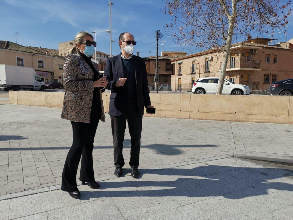 https://www.toledo.es/wp-content/uploads/2021/02/visita_tolon_canogar02.jpeg. La alcaldesa visita con Rafael Canogar el espacio de Safont que albergará la escultura en recuerdo de las víctimas de la COVID