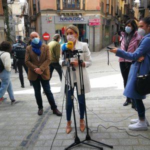 ilagros Tolón visita el entorno de la calle Comercio y avanza que las obras se retomarán el martes hasta la plaza del Solarejo