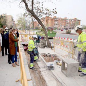 l Ayuntamiento ultima la renovación del alumbrado público de la avenida Río Guadarrama con más luz en la acera y la calzada