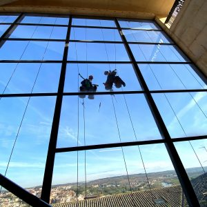 l Ayuntamiento limpia y adecenta la cristalera del remonte mecánico del Miradero con personal especializado