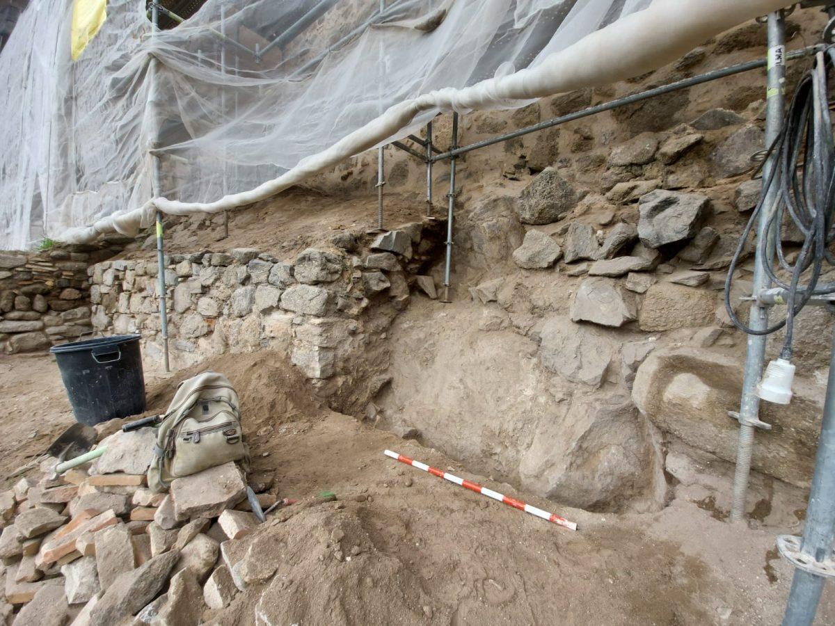 """https://www.toledo.es/wp-content/uploads/2021/03/muralla-omeya-4-1200x900.jpeg. La alcaldesa celebra el hallazgo de la muralla Omeya, """"una joya patrimonial"""" que se pondrá en valor con su protección"""