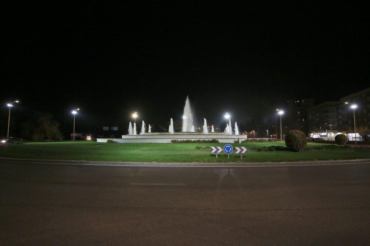 https://www.toledo.es/wp-content/uploads/2021/03/rotondas_iluminadas_7-1200x800.jpg. El Ayuntamiento impulsa la mejora del entorno urbano con la iluminación de rotondas, fuentes y espacios ornamentales
