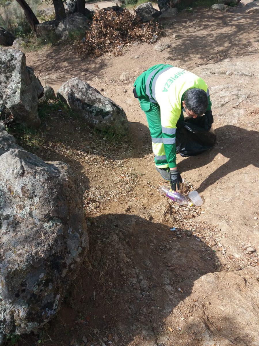 https://www.toledo.es/wp-content/uploads/2021/04/20210403_limpieza_valle-1-900x1200.jpeg. El Consistorio trabaja en la retirada de residuos en el Valle y pide colaboración a la ciudadanía en el mantenimiento de zonas verdes