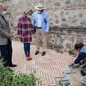 a alcaldesa visita los trabajos de los talleres de empleo en los jardines de Alfonso VI y anuncia el inicio de dos programas más