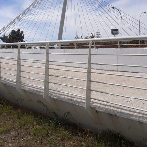l Ayuntamiento limpia de pintadas la pasarela peatonal 'Santa María de Benquerencia' y pide responsabilidad ciudadana