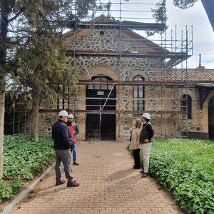 vanza la rehabilitación del almacén del Cementerio Municipal con el saneamiento de la cubierta y la restauración de la fachada