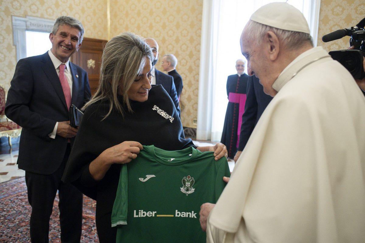 https://www.toledo.es/wp-content/uploads/2021/05/©️-vatican-media_3-1200x800.jpg. El Papa Francisco traslada a la alcaldesa su buen recuerdo de Toledo y se interesa por la labor social del Ayuntamiento