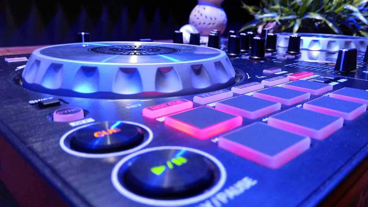 https://www.toledo.es/wp-content/uploads/2021/05/controladoras-dj-web.jpg. CORPUS 2021. TOLEDO PALPITA: TECH-HOUSE MUSIC