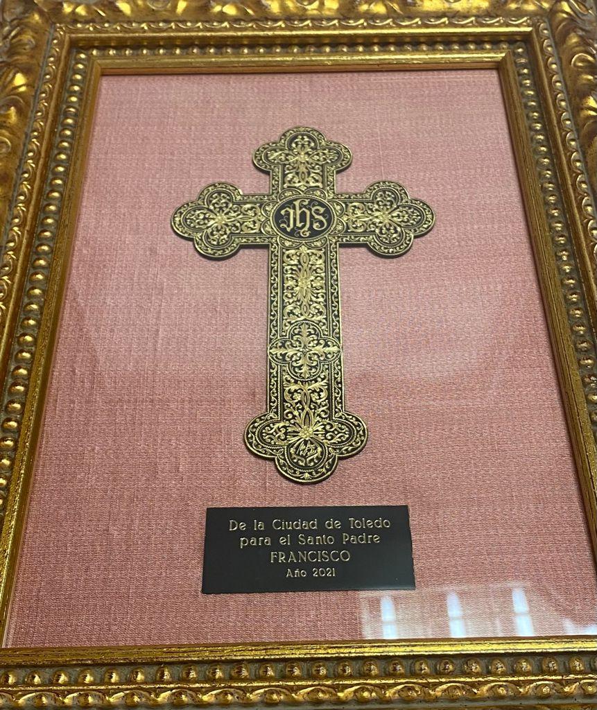 https://www.toledo.es/wp-content/uploads/2021/05/cruz_damasquinada.jpeg. Una cruz damasquinada, obra del maestro Mariano San Félix, obsequio de la ciudad de Toledo al Papa Francisco