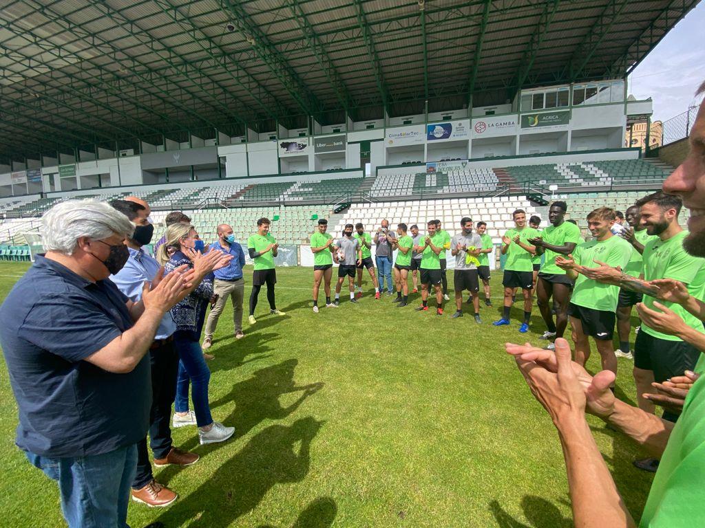 https://www.toledo.es/wp-content/uploads/2021/05/entrenamiento-cd-toledo-2.jpeg. Zocodover, el Ayuntamiento, el baño de la Cava y el Torreón de Alcántara se iluminarán de verde para apoyar al CD Toledo