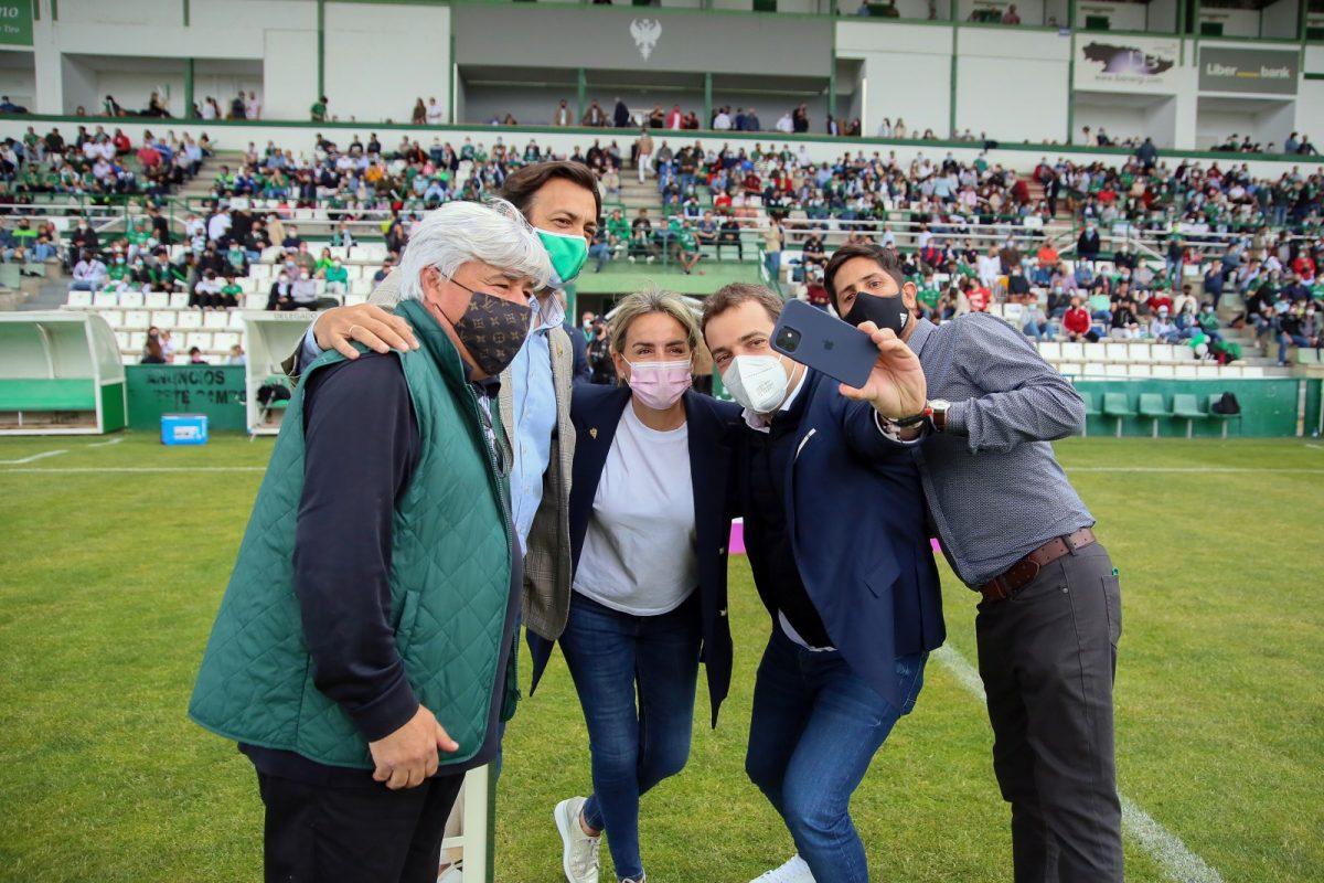 https://www.toledo.es/wp-content/uploads/2021/05/futbol-toledo_torrijos_2-1200x800.jpg. La alcaldesa asiste en el Estadio Municipal del Salto del Caballo al encuentro del CD Toledo y el CD Torrijos