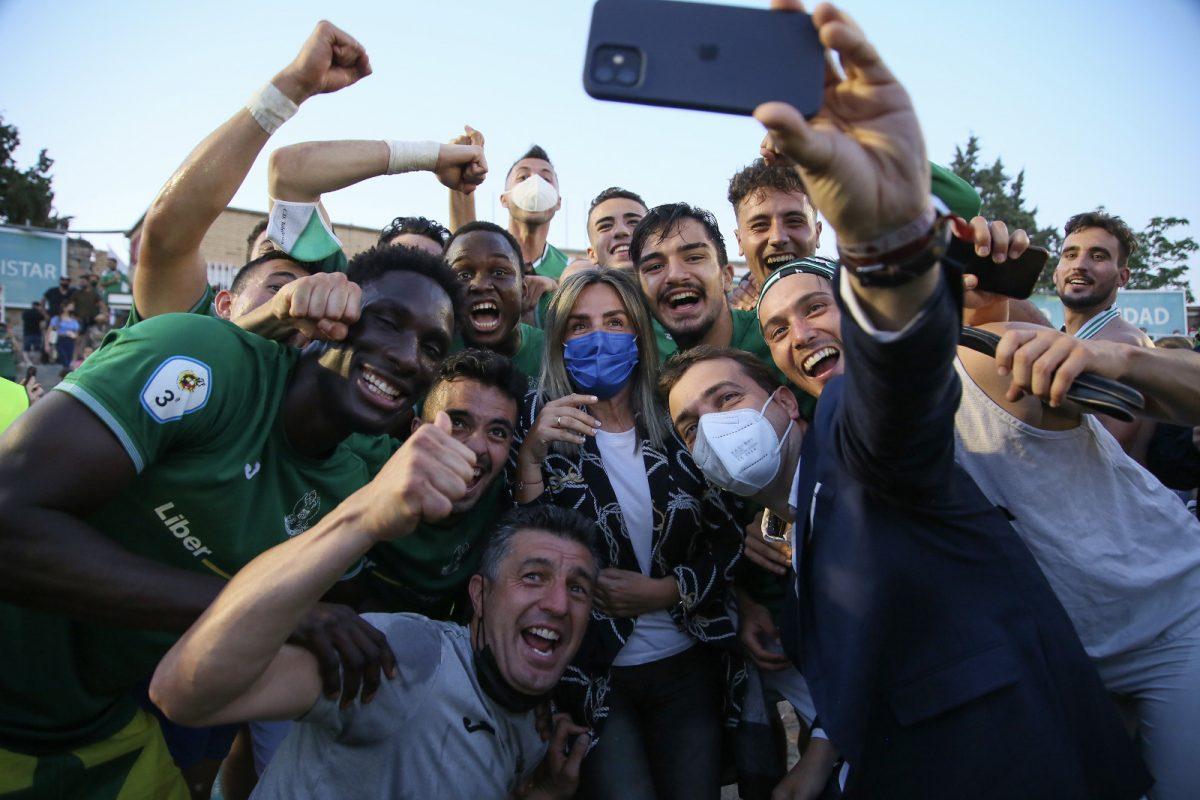 https://www.toledo.es/wp-content/uploads/2021/05/partido-ascenso-toledo-2-1200x800.jpeg. La alcaldesa arropa al CD Toledo en el partido de ascenso a Segunda División RFEF