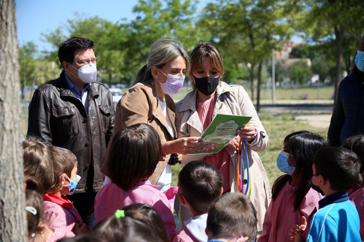 https://www.toledo.es/wp-content/uploads/2021/05/paseo_moreras_qr9-1200x800.jpg. La alcaldesa destaca como ejemplo de sostenibilidad la puesta en valor de la Senda de las Moreras por el colegio Fábrica de Armas