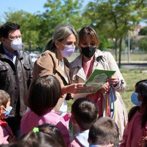 a alcaldesa destaca como ejemplo de sostenibilidad la puesta en valor de la Senda de las Moreras por el colegio Fábrica de Armas