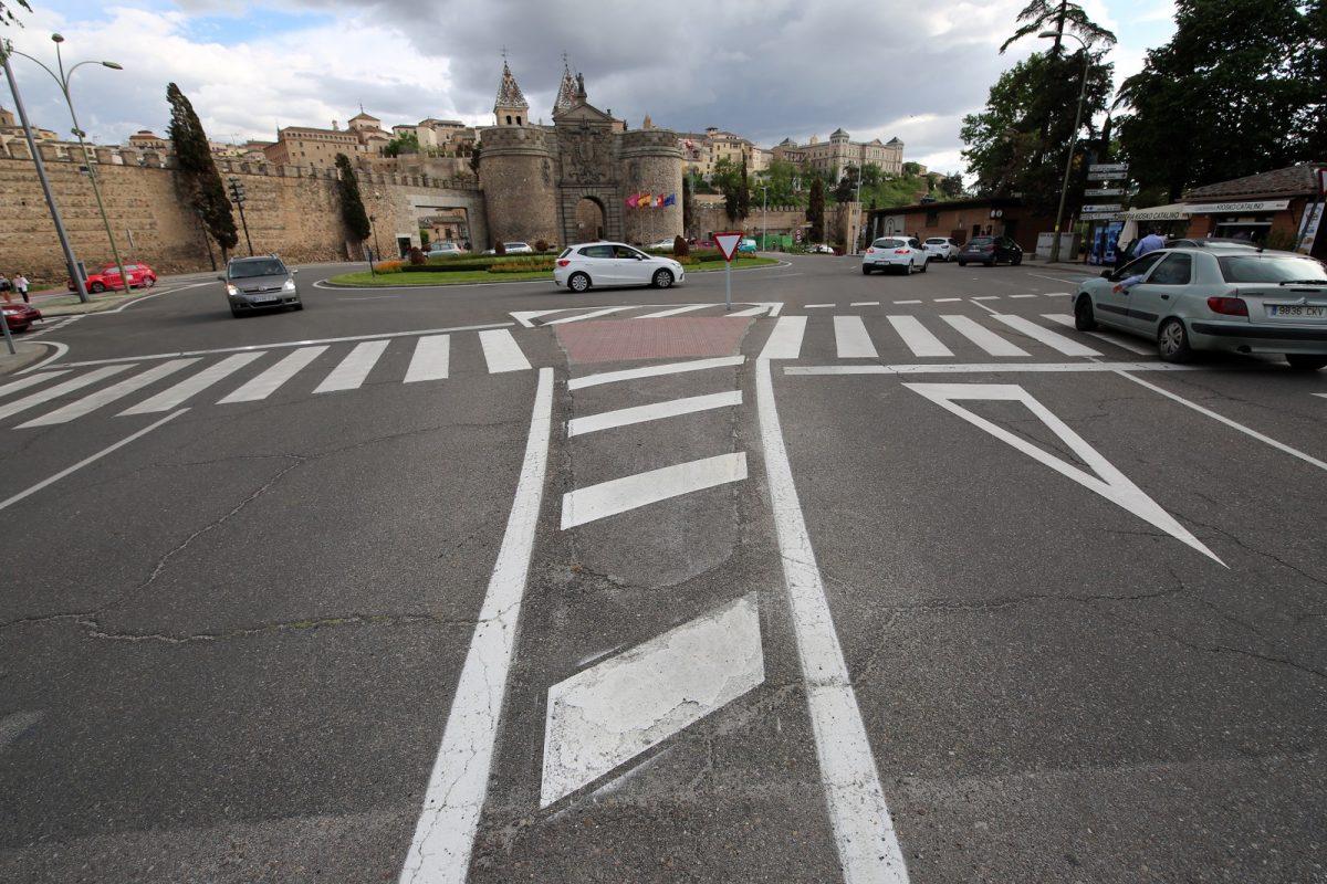 https://www.toledo.es/wp-content/uploads/2021/05/senalizacion_horizontal_11-1200x800.jpg. La mejora de la señalización de las vías urbanas de la ciudad llega al paseo de Recaredo y al entorno de la Puerta de Bisagra