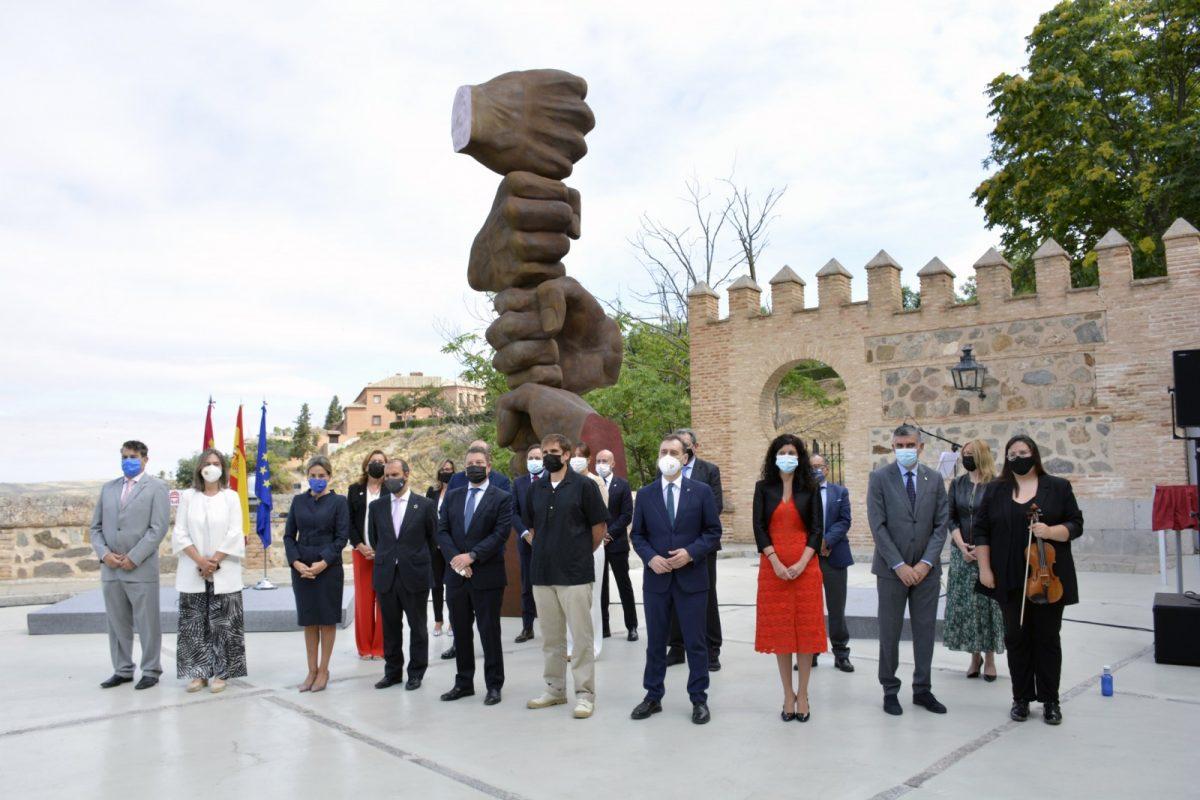 https://www.toledo.es/wp-content/uploads/2021/06/homenaje_cortes05-1200x800.jpg. La alcaldesa, en el homenaje de las Cortes a las víctimas del COVID-19, simbolizado en una escultura del toledano Tortajada