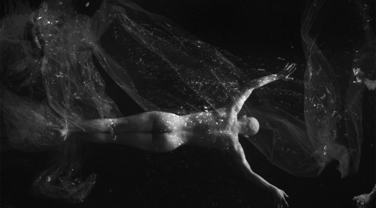 """https://www.toledo.es/wp-content/uploads/2021/06/la-creacion-de-donde-y-a-donde-cuerpo-entero-1200x665.png. Exposición: Isabel Muñoz """"De dónde y a dónde"""""""