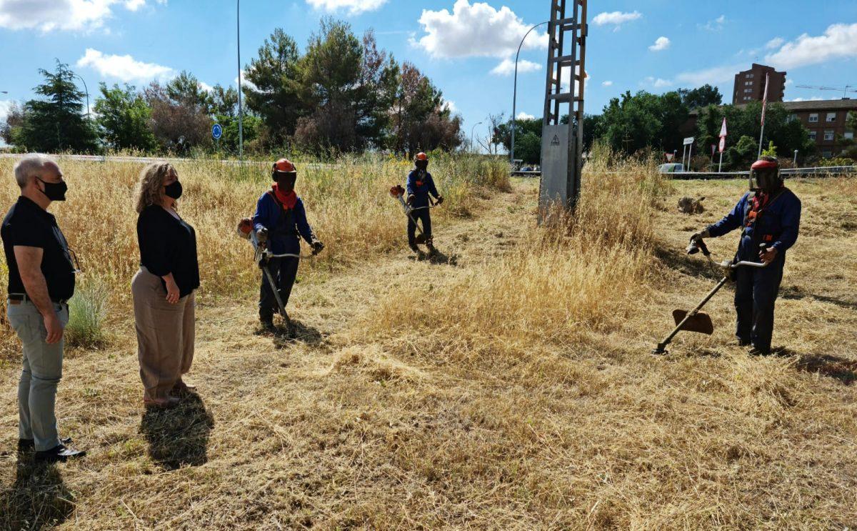 https://www.toledo.es/wp-content/uploads/2021/06/marta-medina_desbroces_1-1200x743.jpeg. Continúan las labores de desbroce en diferentes puntos de la ciudad como el Parque Lineal, junto al Polígono Industrial
