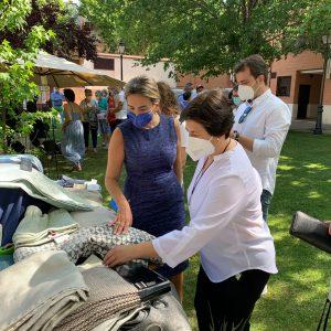 a alcaldesa participa en el rastrillo solidario de Apanas y muestra el respaldo municipal a los proyectos de la asociación