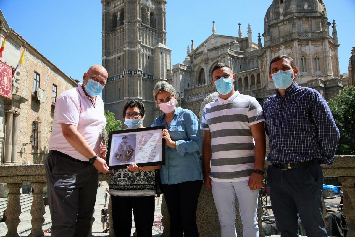 https://www.toledo.es/wp-content/uploads/2021/06/timbaleros_4-1200x800.jpg. La alcaldesa recibe a la familia de Hilario García, timbalero del Corpus durante casi 40 años, y comparte un homenaje a su figura