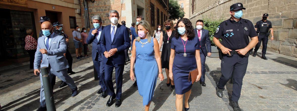 La alcaldesa felicita a los toledanos en…