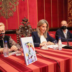 a alcaldesa presenta el libro 'Buscando el tono' de los toledanos María Antonio Ricas y Eduardo Sánchez-Beato